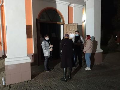 Приняли меры предосторожности перед посещением храма